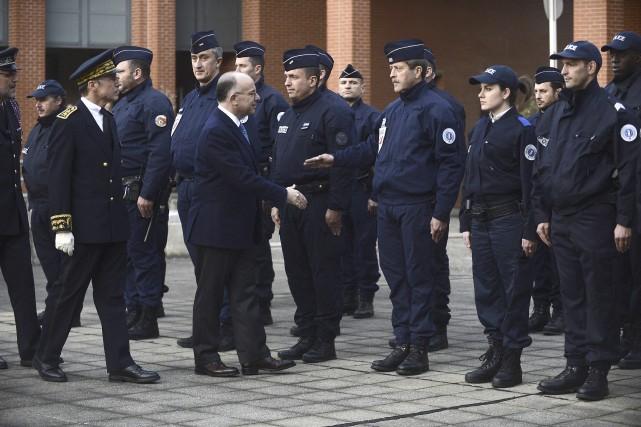 Lors d'une visite à des policiers et des... (AFP, Rémy Gabalda)