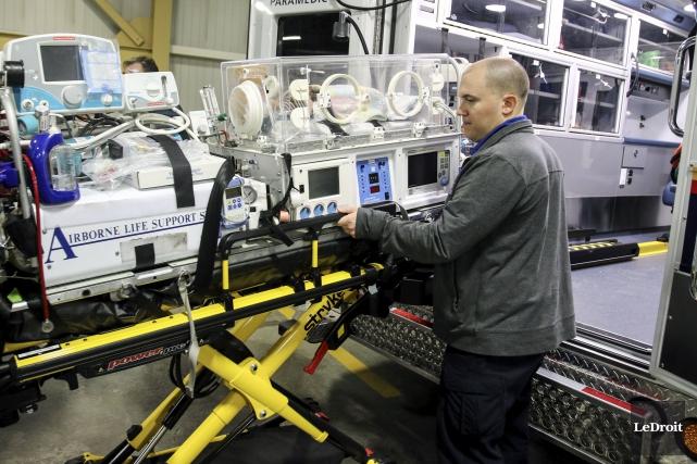 L'inhalothérapeute Jeremy Wiggins, du CHEO, avec l'incubateur mobile... (Patrick Woodbury, LeDroit)
