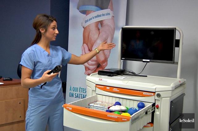 Une infirmière du CHUL se présente au patient... (Le Soleil, Frédéric Matte)