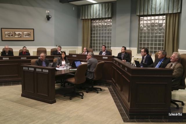 Le conseil municipal a accepté, sur division, de... (Janick Marois, La Voix de l'Est)