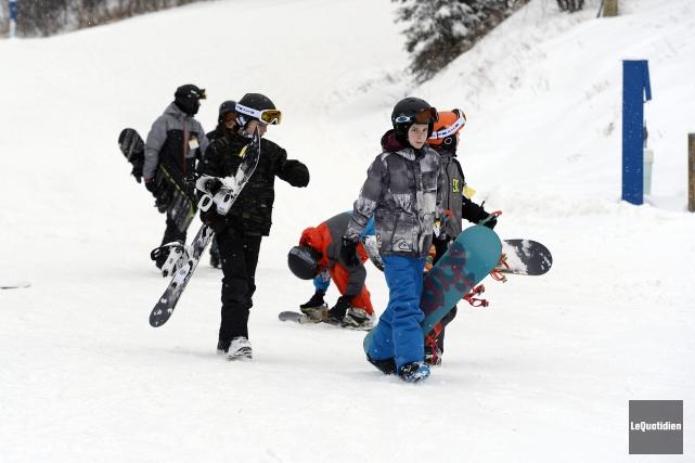 Planchistes et skieurs ont pu glisser mardi au... (Photo Le Quotidien, Jeannot Lévesque)
