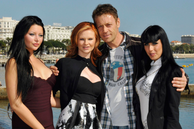 Rocco Siffredi en compagnie de trois actrices, en... (Photo Jean-Pierre Amet, Archives Reuters)