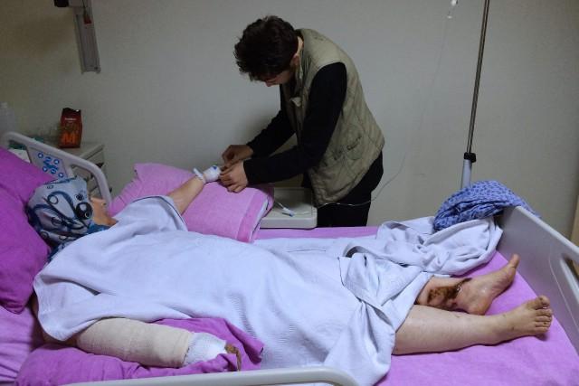 Un jeune homme aide sa mère blessée lors... (Photo Hussein Malla, AP)