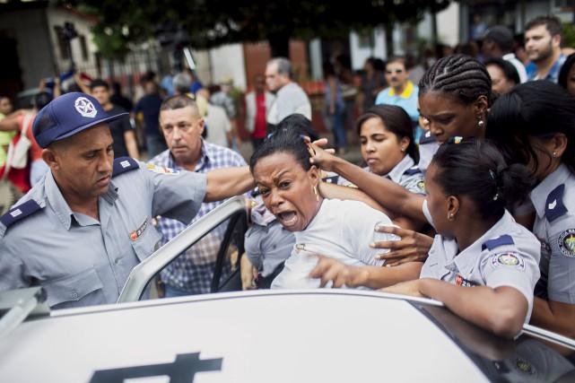 Des policiers cubains arrêtent une femme lors d'une... (PHOTO ARCHIVES REUTERS)