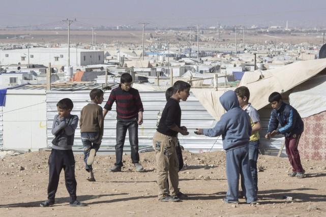 De jeunes réfugiés syriens s'amusent dans le camp... (PC, Paul Chiasson)