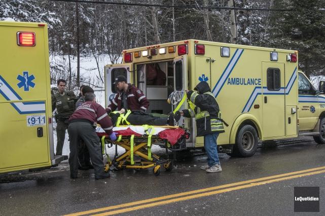 Les ambulanciers ont transporté les deux touristes françaises... (Photo Le Quotidien, Michel Tremblay)