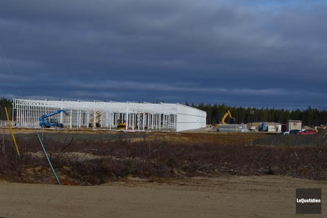 Les travailleurs complétaient la première phase d'installation qui... (Photo Le Quotidien, Louis Potvin)