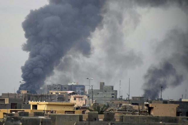 De la fumée s'échappe de bastions djihadistes à... (Photo AP)