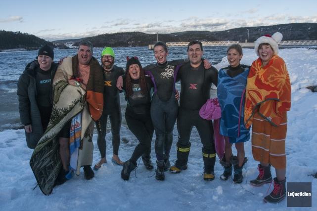 Une dizaine de braves ont nagé dans l'eau... ((Photo Le Quotidien, Michel Tremblay))