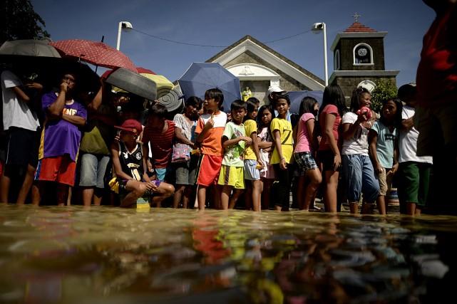 D'après les chiffres officiels, environ 206 000 personnes... (PHOTO NOEL CELIS, AFP)