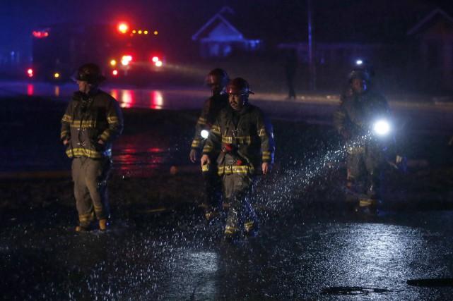 Les pompiers de Birmingham, en Alabama, travaillent sur... (Photo Butch Dill, AP)