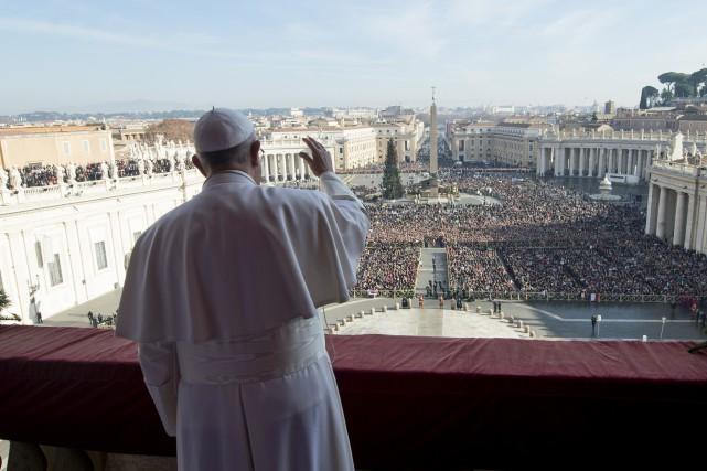 Depuis le balcon central de la basilique Saint-Pierre,... (Associated Press)