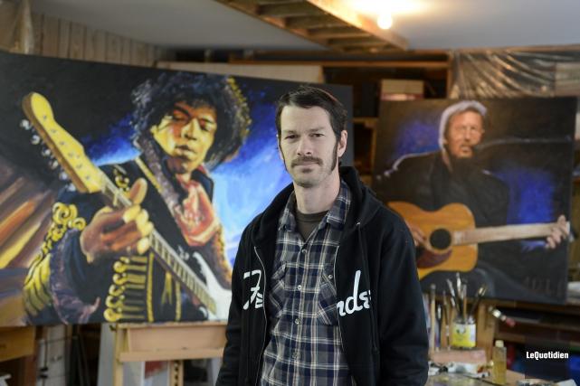 Jean Delisle devant les peintures grand format représentant... (Photo Le Quotidien, Jeannot Lévesque)