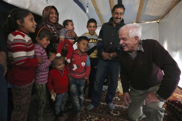 Le ministre de l'Immigration John McCallum (à droite)... (AP, Bilal Hussein)