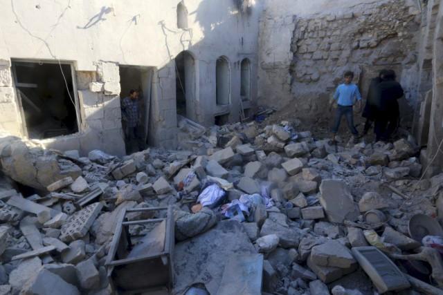 Des résidants d'Alep constatent les dégâts causés par... (PHOTO AMMAR ABDULLAH, REUTERSd)