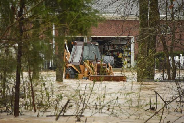 L'eau entoure un véhicule à la suite des... (PHOTO BOB GATHANY, AP)