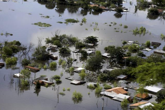 Des maisons sont partiellement submergées par l'eau dans... (PHOTO JORGE ADORNO, REUTERS)