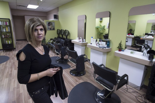 Tima Kurdi dans son salon de coiffure, à... (Photo Jonathan Hayward, archives PC)