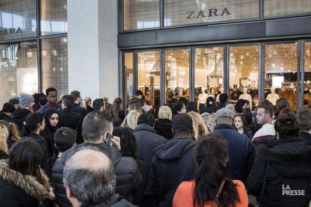 Au Carrefour Laval, de nombreux clients attendaient l'ouverture... (Photo Edouard Plante-Fréchette, La Presse)