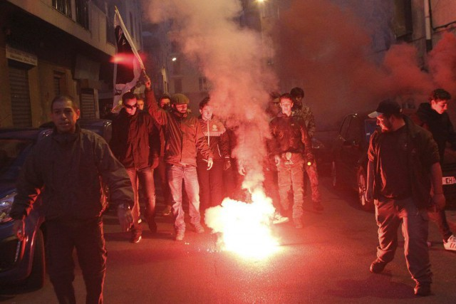 Une centaine de manifestants ont scandé des slogans... (PHOTO YANNICK GRAZIANI, AFP)