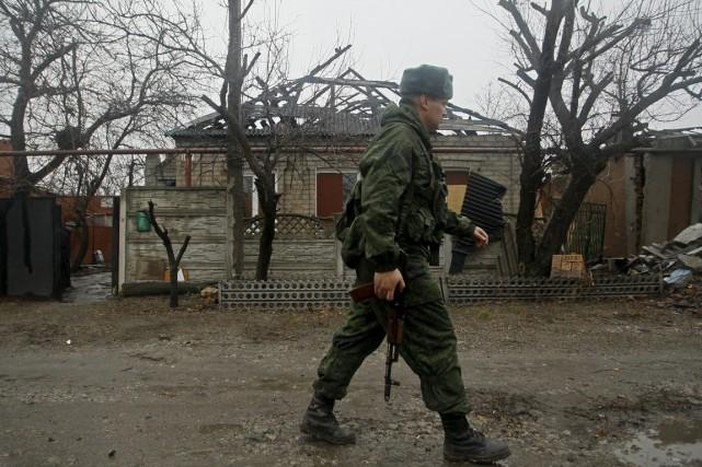 Un soldat de la république autoproclamée de Donetsk... (PHOTO ALEXANDER ERMOCHENKO, ARCHIVES REUTERS)