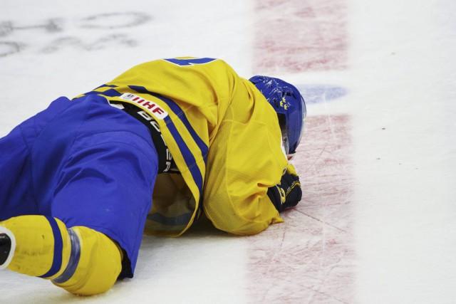 WilliamNylander venait de récupérer la rondelle et tentait... (PHOTO REUTERS/LEHTIKUVA)