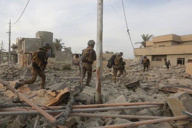 Des membres du service de contre-terrorisme d'élite de... (PHOTO AHMAD AL-RUBAYE, AFP)