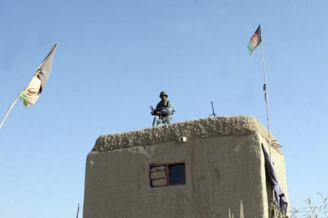 Un soldat afghan monte la garde à un... (PHOTO ABDUL KHALIQ, AP)