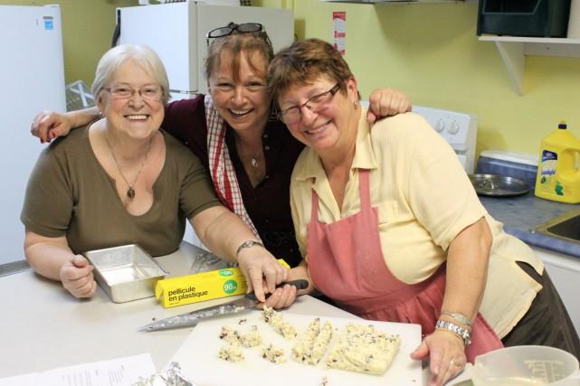 Trois bénévoles et participantes à la popote des... (Photo collaboration spéciale Fanny Lévesque)