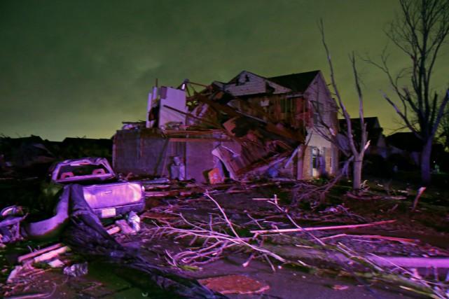 Des toits de résidence ont été soufflés et... (AP)