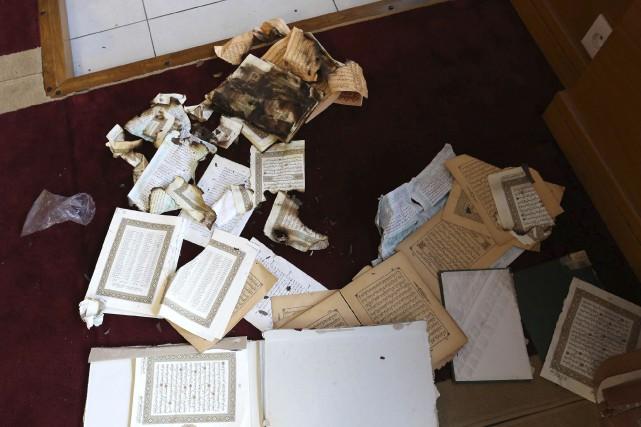 Des exemplaires du Coran ont été endommagés vendredi... (Jean-Pierre Belzit, AP)