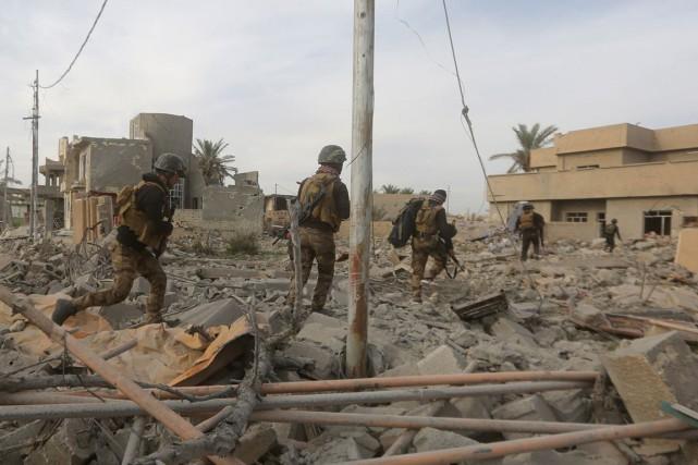 Des membres du service de contre-terrorisme d'élite de... (Ahmad Al-Rubaye, AFP)