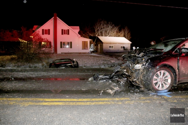 Après l'impact, la voiture a terminé sa course... (Julie Catudal, La Voix de l'Est)