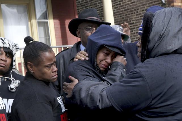Janet Cooksey (centre), la mère de Quintonio LeGrier,... (Associated Press)