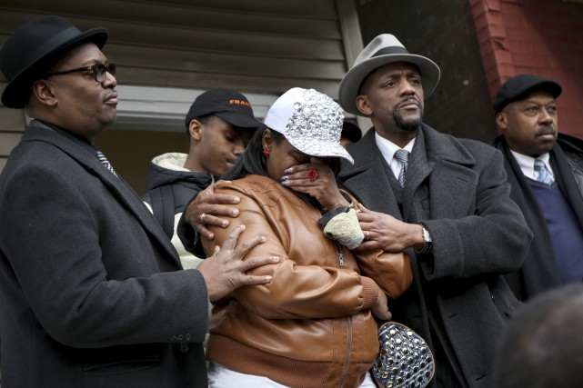 LaTarsha Jones, fille de Bettie Jones est réconfortée... (Associated Press)
