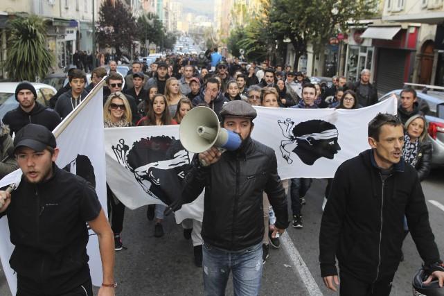 Des centaines de personnes ont défié l'interdiction de... (AFP, Yannick Graziani)