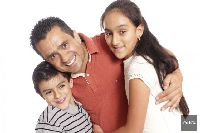Carlos Villamil et ses enfants Jeremmy et Karla... (Catherine Trudeau, La Voix de l'Est)