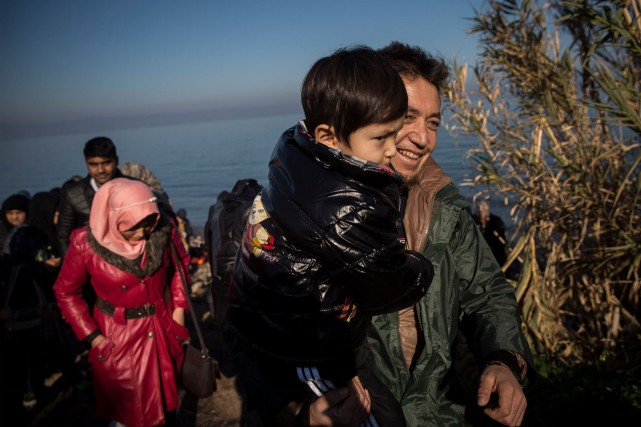 Les réfugiés syriens quittent tranquillement les camps en... (AP, Santi Palacios)