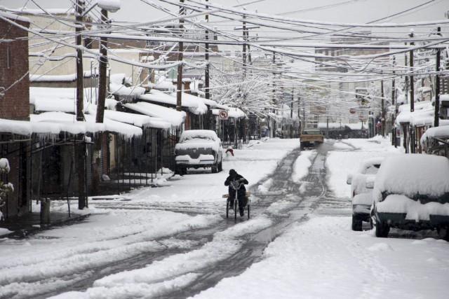 Jusqu'à 30 centimètres de neige sont tombés sur... (PHOTO REUTERS)