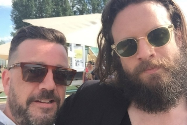 Michel Quintal avec Josh Tillman, alias Father John... (PHOTO FOURNIE PAR MICHEL QUINTAL)