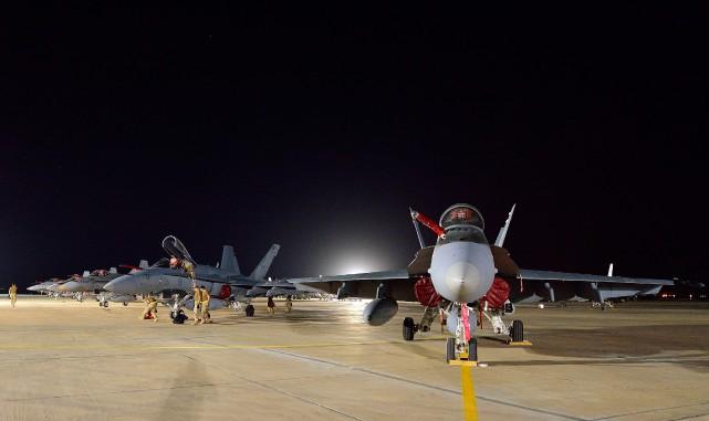 L'auteur affirme que les avions de chasse F-18... (Photo archives Reuters)