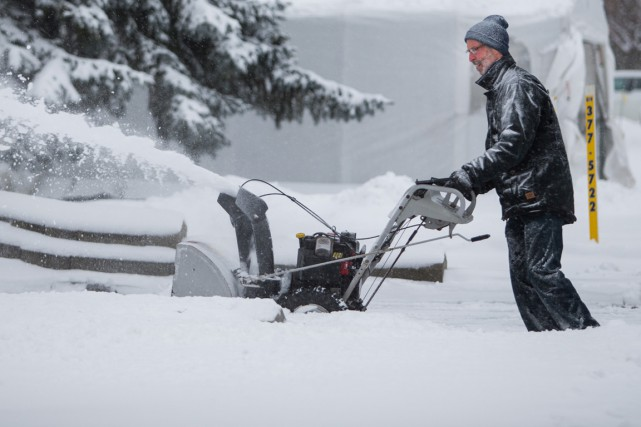 Une première tempête hivernale devrait laisser mardi sur... (Olivier Croteau)