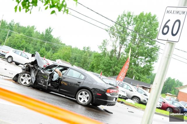 L'impact entre la voiture de la SQ et... (Archives Le Quotidien, Gimmy Desbiens)
