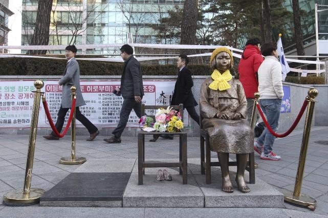 Une statue symbolisant une esclave sexuelle coréenne a... (AP, Ahn Young-Joon)