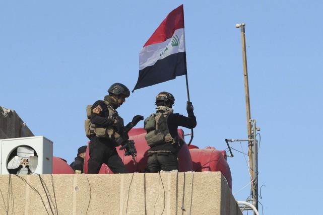 Des soldats d'élite de l'armée irakienne ont hissé... (Ahmad Al-Rubaye)