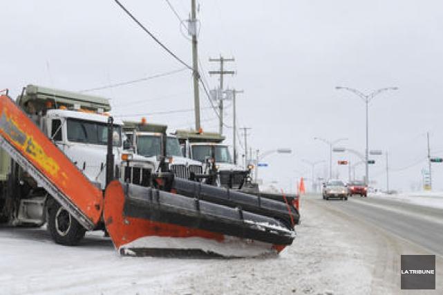 La Ville de Sherbrooke procède au déneigement de son réseau routier depuis... (Archives La Tribune)
