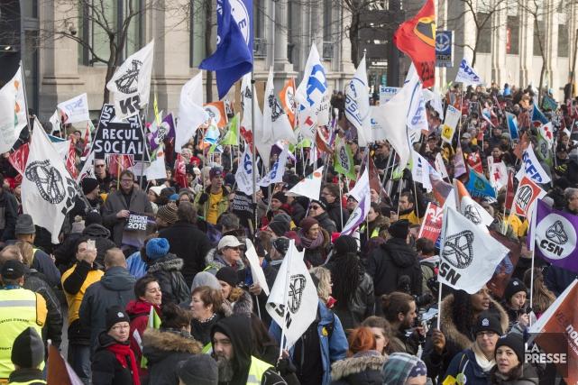 Des travailleurs du secteur public manifestent à Québec... (PHOTO ARCHIVES LA PRESSE CANADIENNE)