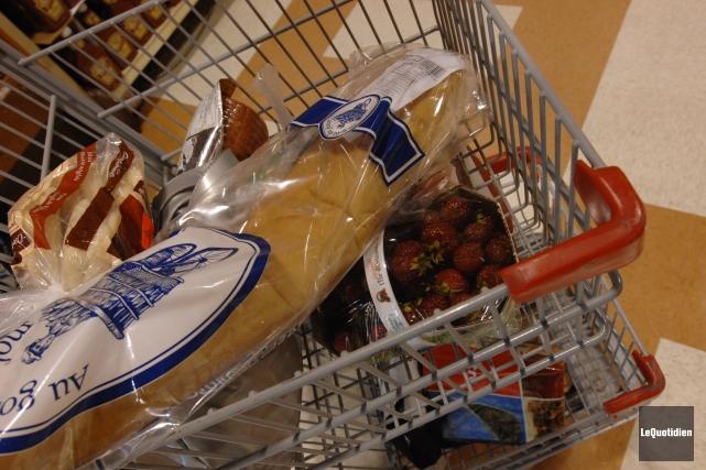 Les ménages canadiens devraient s'attendre à débourser environ... (Archives Le Quotidien, Michel Tremblay)
