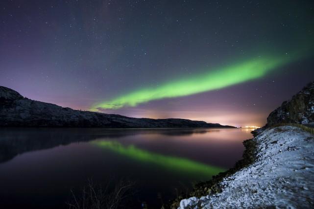 Une aurore boréale illumine le ciel nocturne près... (AFP, Jonathan Nackstrand)