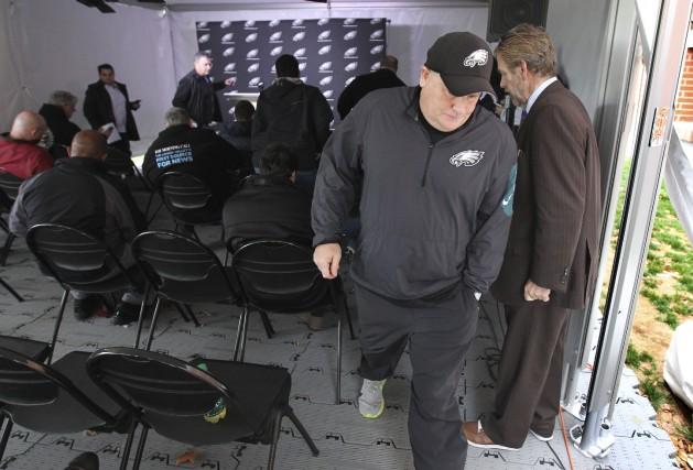 Chip Kelly à sa sortie d'une conférence de... (The Philadelphia Inquirer, via AP)
